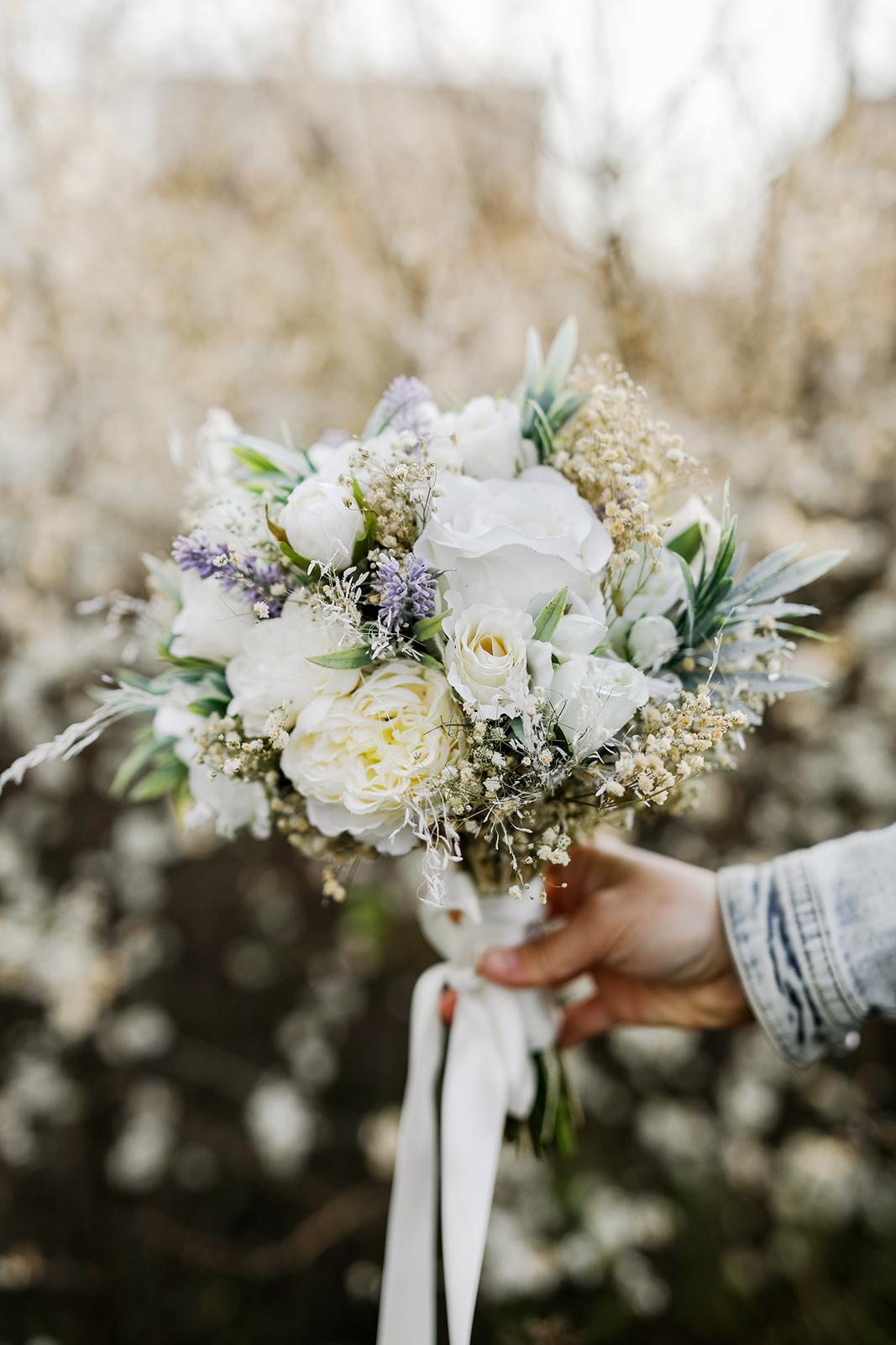 Přípravy - Moje svatební kytice od nejšikovnější magaela. Koupena na fler.