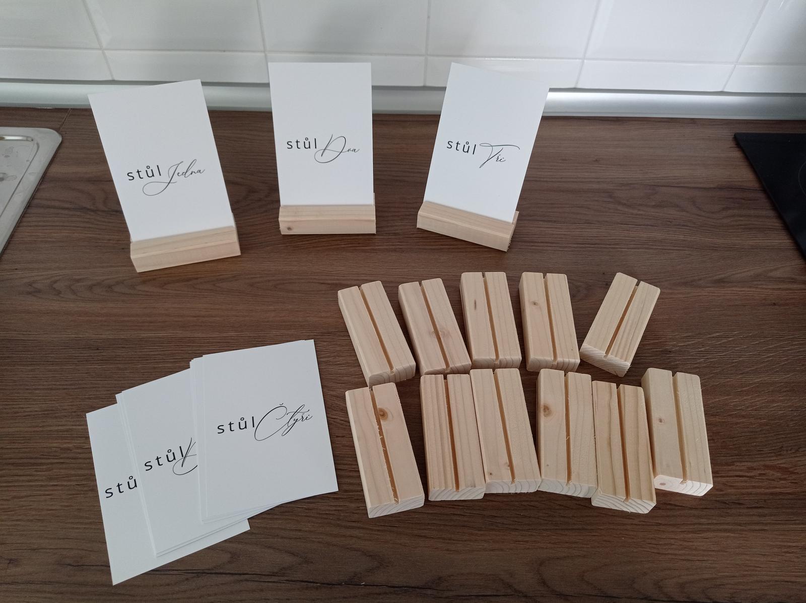 Čísla stolů,stojánky + stojánky na jmenovky - Obrázek č. 1