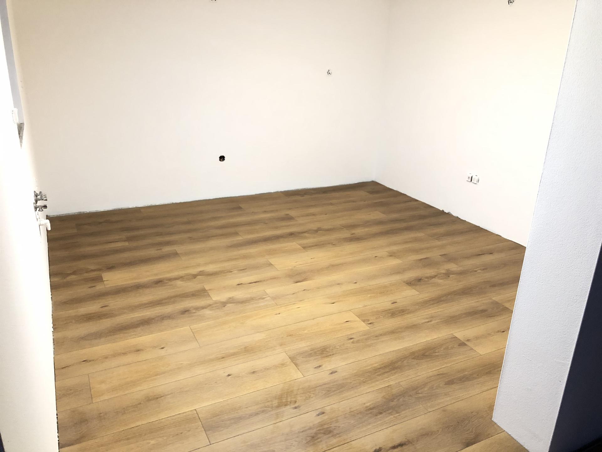 Domček 😍 - Pokladanie podlahy kuchyňa, dosť veľa robí svetlo toto je fotené tma vonku a vnútri zasvietene