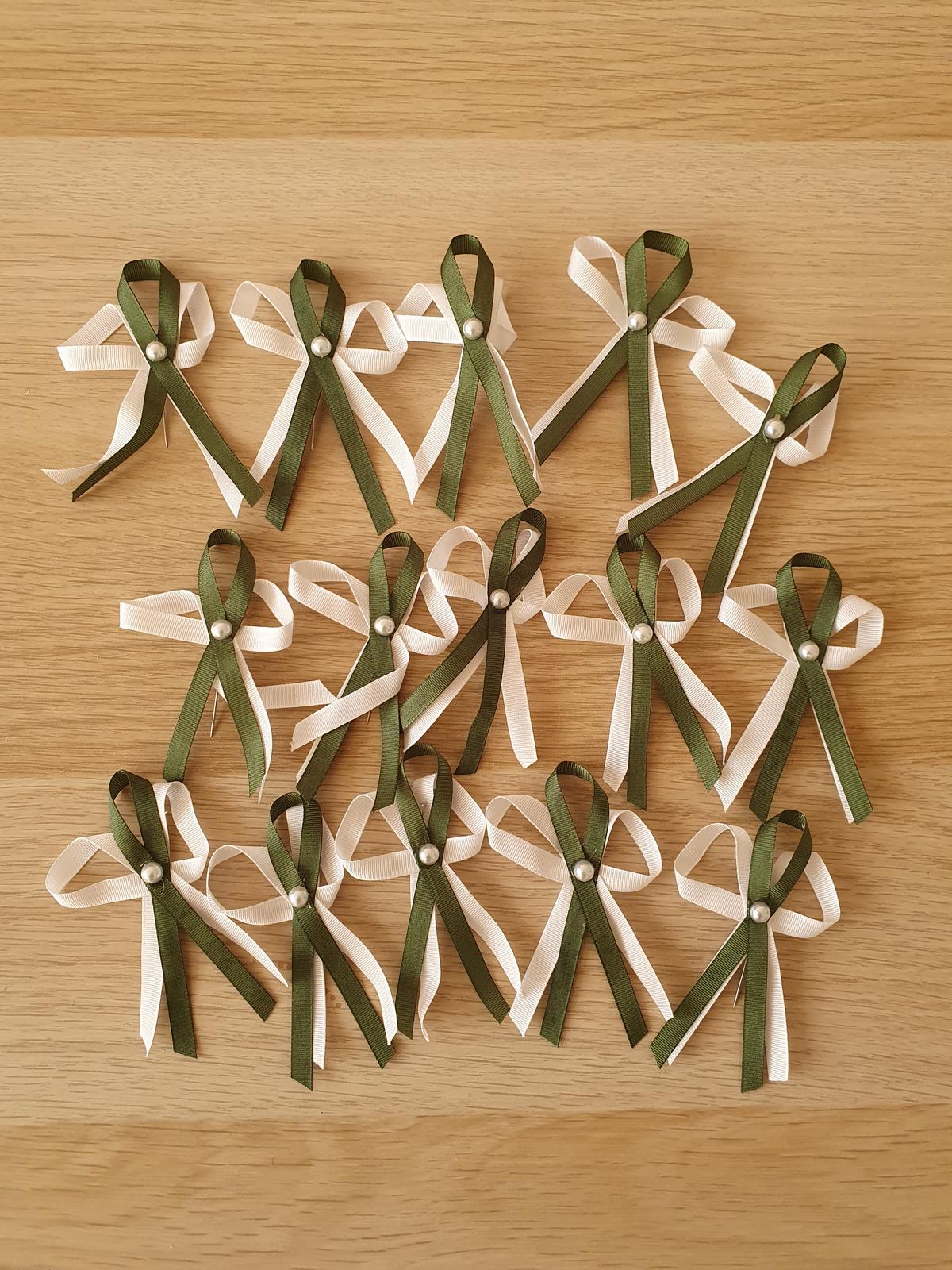 Zelenobílé vývazky 15 ks se špendlíky - Obrázek č. 1
