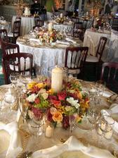krásne zdobenie stolov(ale mi chceme kombinaciu zelenkavej,bielej a zlatej)