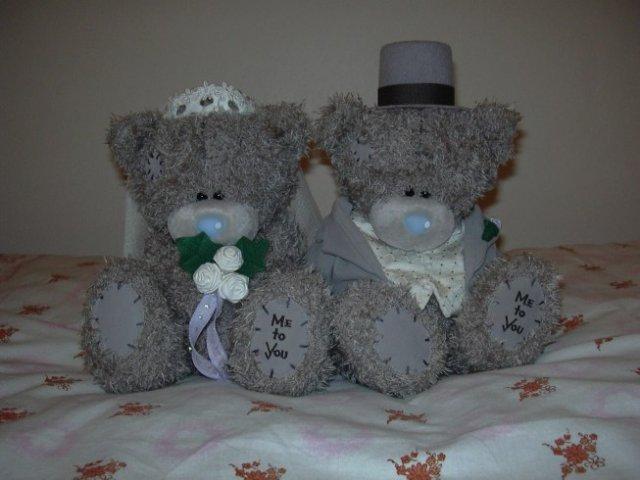Danuška a Vítek 2.6.2006 - Konečně jsme si pořídili tyto nádherné medvídky na naše autíčko. Sice je už má skoro každý, ale  to nám nevadí. Jen doufáme, že při přejíždění nebude pršet, aby s námi nemuseli jet v autě. Moknout bychom je přeci nenechali