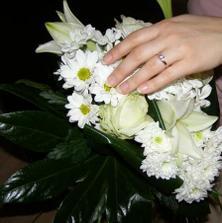 moj snubny prstienok a kyticka v tvare srdca