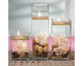 Výzdoba na stole jen s růžemi a krémovou organzou