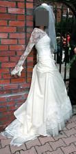 Mé šaty na jiné nevěstě. Budu je mít bez toho krajkového rukávku.