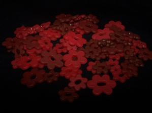 červené kytičky na tenký drátek na ozdobu stolů