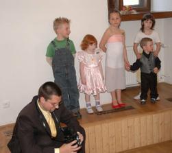 zprava nás roztomile hlídaly děti - a také kamarád fotograf Ivo ;o)
