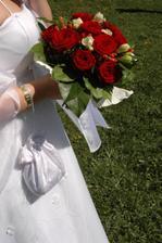 detail kytičky, rodinného šperku a šatů ;o)