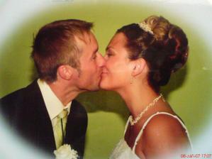 pusina při předávání svatební kytice