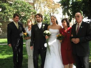 Vlevo rodiče ženicha...vpravo rodiče nevěsty:o)