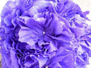 detail květinové koule z krepového papíru :-)