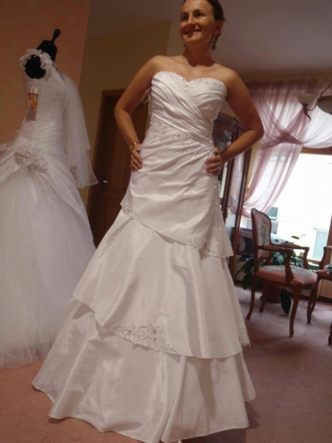 Svadobne saty - salon Hella ZA, tri vrstvy na sukni, ale vyzerala som v nic vraj najlepsie