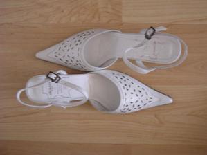 botičky-trochu se rozmázly :-) s bleskem vypadaly jako zelený .... než jsem je sehnala, málem jsem si ušoupala nohy
