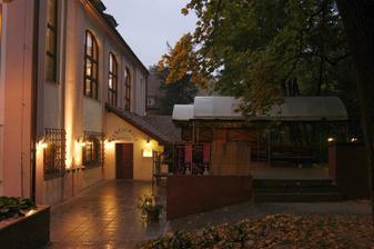 vpravo krytá terasa pro odpolední/večerní raut