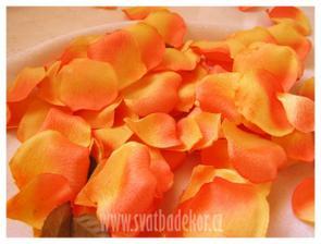 okvětními plátky růží naplnit košíčky pro družičky...