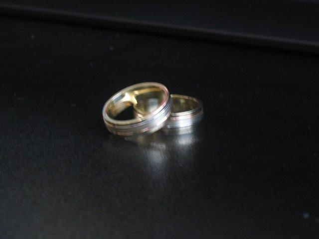 12.11.2005 - Naše obrúčky. Trošku rozmazaná fotka, ale iná sa mi nepodarila spraviť.