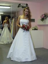 Tak tady jsou svatební šatičky- jak už to tak bývá, ve skutečnosti jsou mnohem hezčí:o)