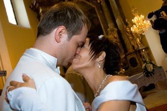 První novomanželský polibek :)