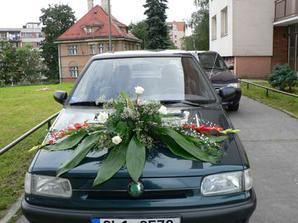 kytice na ženichově autu už přidělána