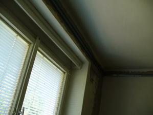 staré okno v spálni
