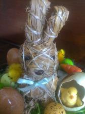 slamenny zajko na vinicovo-sisalovom podnose