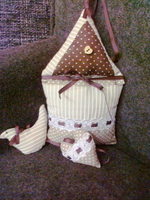 Moje hobby-bytove doplnky - domcek k obrusku so srdieckami