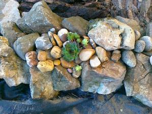 pomaly pokracujem :-))dnes aom za pomoci muzika nanosila kopec velkych skal