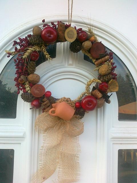Moje hobby-bytove doplnky - jesenny vencek z prirodnych materialov v cervenom:-)