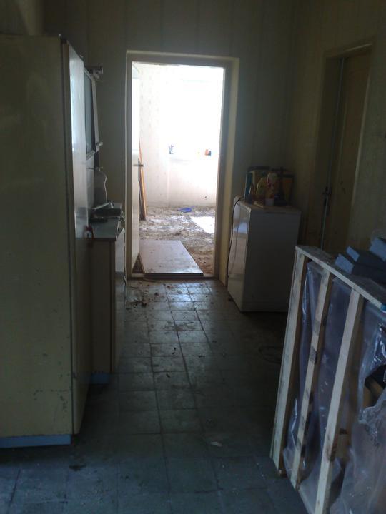 Na zaciatku prestavby - druha chodba a dvere do buducej deckej izby