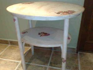 tento stol je velmi stary,kamoska ho chcela vyhodit