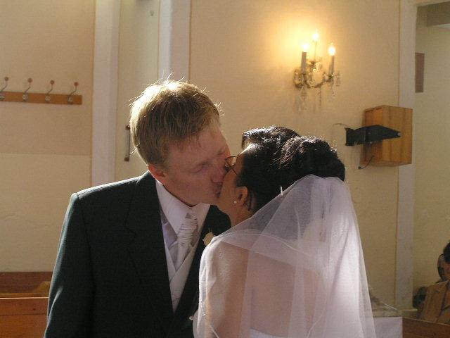 Lucka{{_AND_}}Paťko - prvý manželský bozk