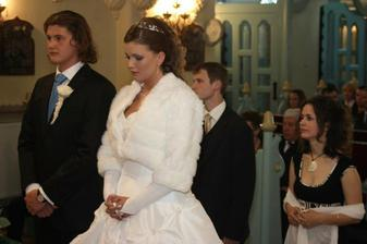 So svedkami pred oltárom - moja sesternička Zuzka a manželov brat Ondrej