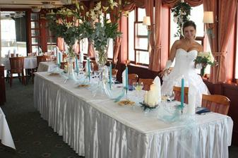 Výzdoba hlavného stola - všetko bolo v námorníckom štýle