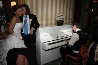 Kamarát Ondro nám zahral na klavíri a my sme si zatancovali prvý spoločný tanec