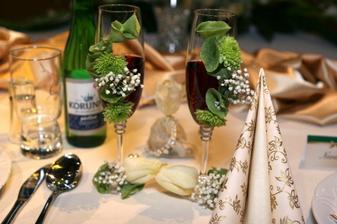 Naše svadobné poháre, žiadne gravírovanie, len živé kvietky