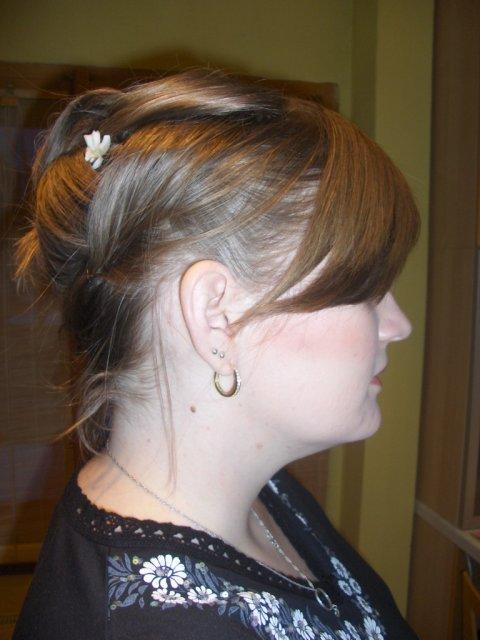 Cervena svatba 8. cervna 2006 - Uces z boku. Na kadernici jsem si vzala kontakt, libilo se mi, co zvladla z mych kratkych vlasu.. Jeste je necham dorust a pridam prouzky.
