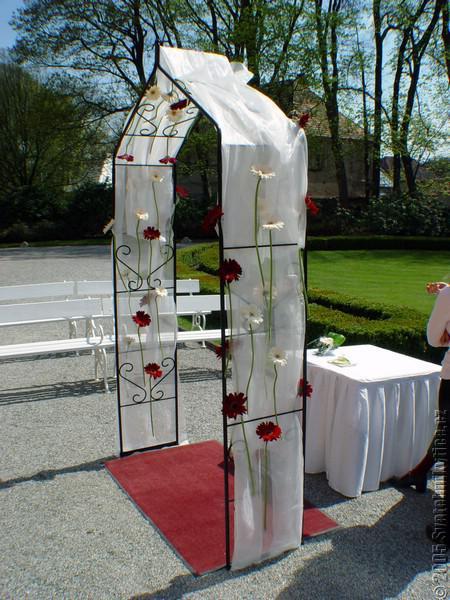 Cervena svatba 8. cervna 2006 - Takovou branu.. problem je, ze oddavajici venku vetsinou vyzaduji pristresek a bez neho to odmitaji :-(