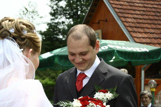 Alžběta Albrechtová{{_AND_}}Radek Červený - Prijezd nevesty - dostavam kyticku...