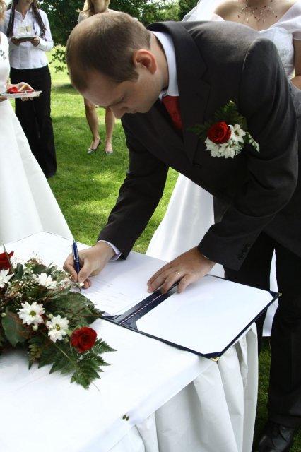 Alžběta Albrechtová{{_AND_}}Radek Červený - podpisy..
