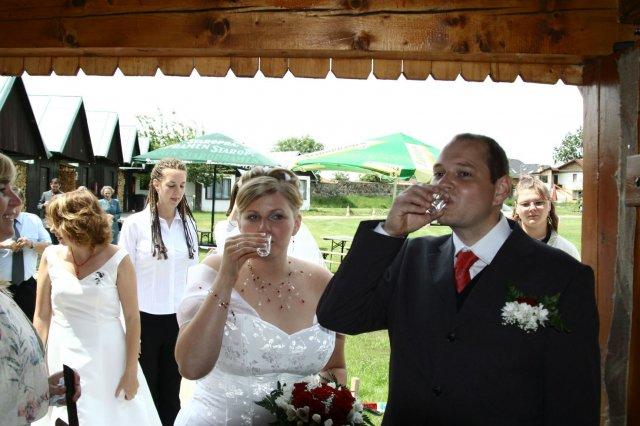 Alžběta Albrechtová{{_AND_}}Radek Červený - Pred vchodem na hostinu nas cekal panak vodky..