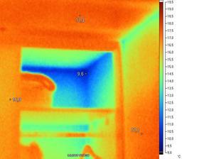 V skrini sa okrem oblečenia môže skrývať aj studený roh. Ani 8cm EPS na fasáde v tomto prípade nebolo dosť.