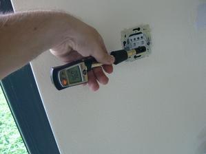 Takto to fičí keď sa zabudne na utesnenie sietí - v tomto prípade vypínač.