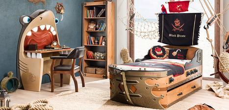 Séria BLACK PIRATE pre nášho malého piráta. My síce nemáme siete / kotvy a povrazy v izbe ako na foto :-), ale posteľ, stôl, knižnica, veľká úložná skriňa s truhlicou (na hračky) sú pre neho úplne top.
