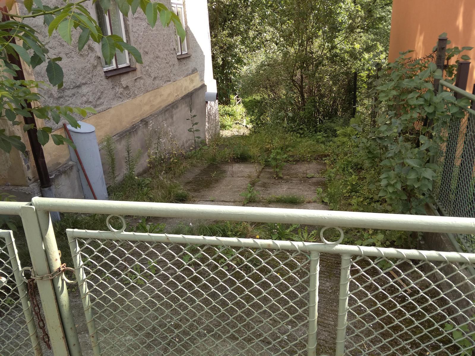 Náš boj - prijazdova cesta z boku domu, ktora bohuzial patri k zadnemu pozemku, no zatial (este aspon najblizsi rok) je to nase parkovacie miesto :D