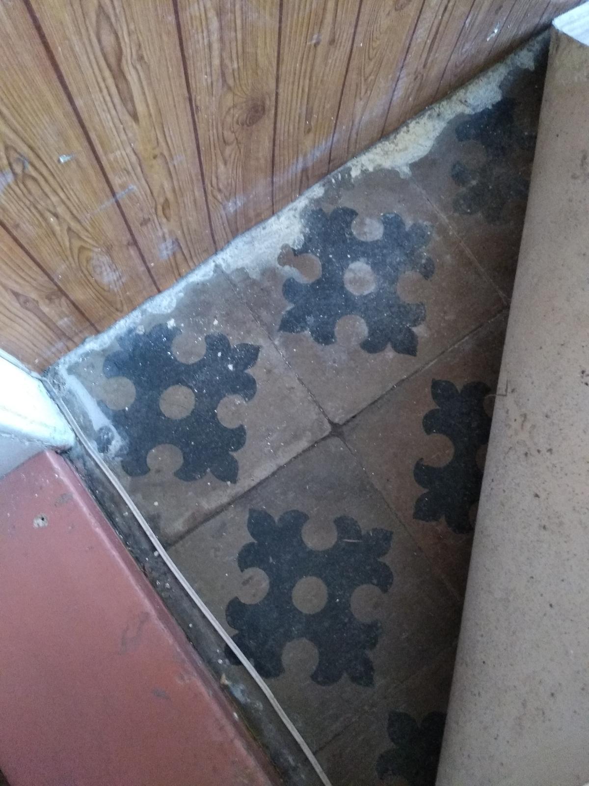 Náš boj - a toto je povodna dlazba v chodbe (momentalne polozena iba na hline). Na jar budeme betonovat podlahu a rada by som tuto dlazbu zrenovovala a zachovala :)