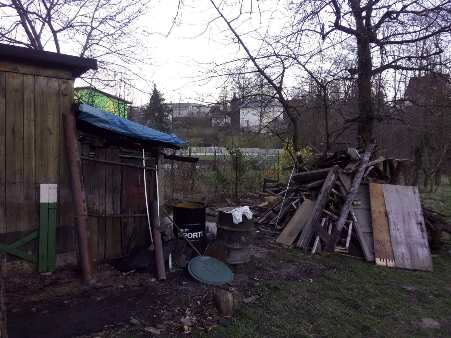 Náš boj - Tak ďalší víkend, včera manžel zhodil jednu zo šop na záhrade :D cez týždeň snáď už dokončíme okná a prídu topenari..