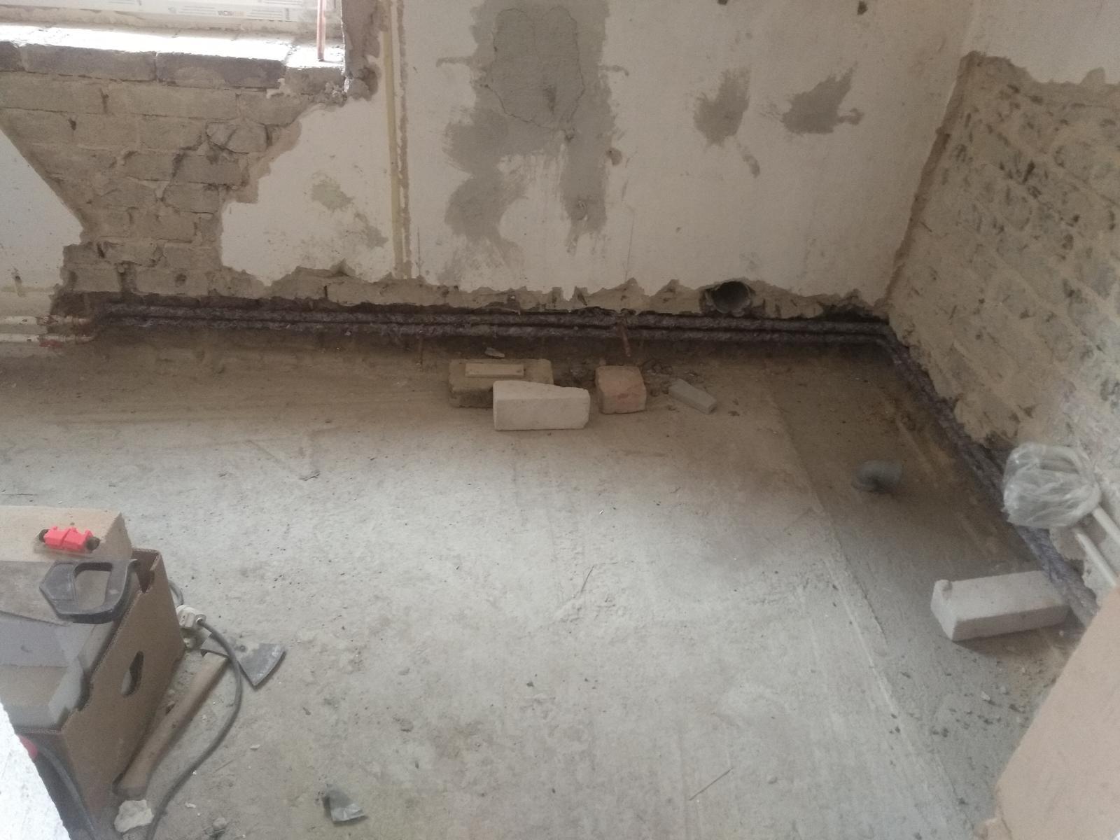 Náš boj - Vedľa okna ešte pôjde rebrík, ale až po obkladoch.