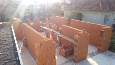 Vytiahnuté nosné múry