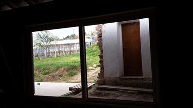 ten dom za oknom pojde este dolu :)