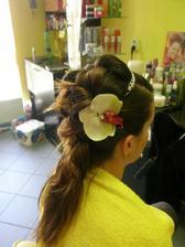 Skuška s korunkou a skvetom vo vlasoch.